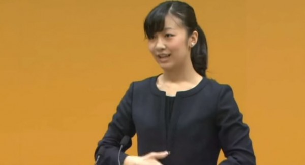日本「人氣公主」秋篠宮親王次女佳子秀手語。(圖片取自網路)