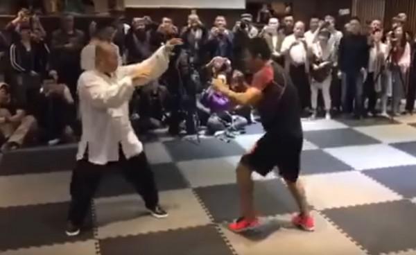 中國綜合格鬥狂人徐曉冬(右),日前打趴太極宗師魏雷(左)。(圖擷自YouTube)