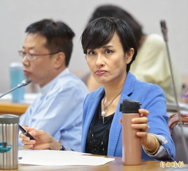 客委會主委李永得去年12月赴泰國參加國際會事,過程可見其夫人、民進黨立委邱議瑩(見圖)隨侍在側,引發外界質疑「獨厚夫人立委」。(記者方賓照攝)