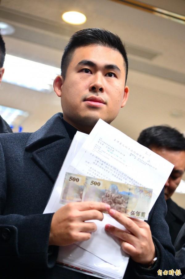 新黨青年軍王炳忠等人日前到台北地檢署領500元證人費。(資料照)