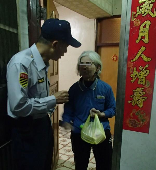 交大員警隔天前往李家代李男送餐給李母,窩心之舉令人感動。(記者許國楨翻攝)