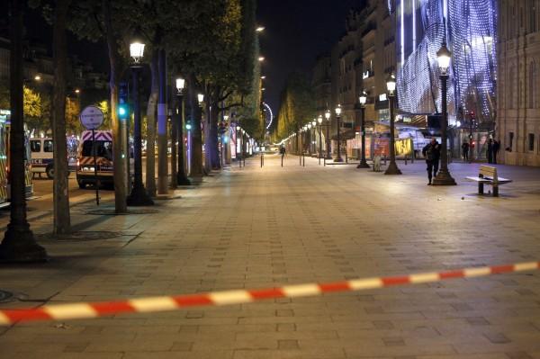 案發後,當局封鎖了香榭大道及周圍街道,同時呼籲市民避開該地區。(美聯社)