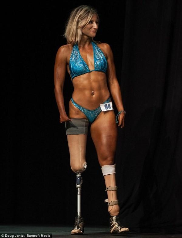 熱愛挑戰自己的塔希維納也透過健身鍛鍊出一身健美的身形,多次參加健美比賽。(圖擷自DailyMail)