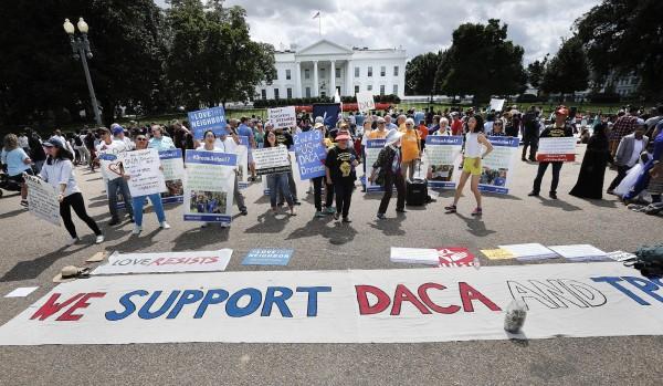 民眾在白宮前抗議川普終止DACA計畫。(美聯社)