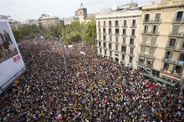 加泰隆尼亞大罷工 30萬人上街抗議警察暴力