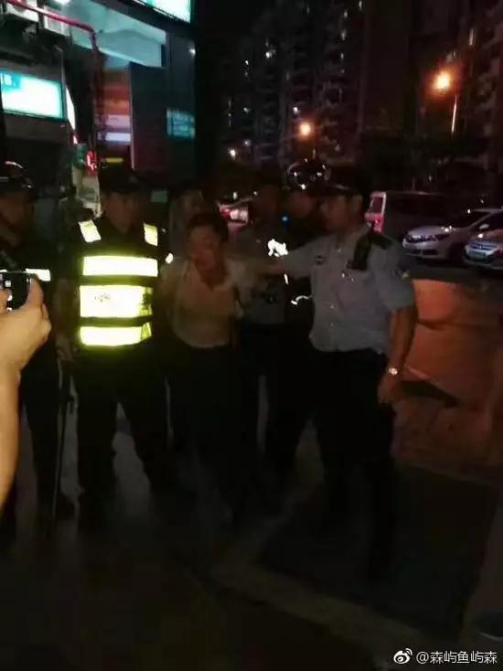 當地警方表示,兇嫌已被抓獲,並協助將受傷人員送往醫院全力救治。(圖擷取自微博)