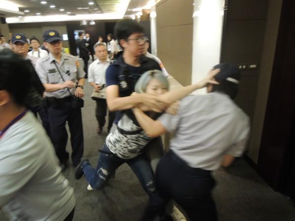 4名支持收費員的勞團成員、學生,趁隙衝入集思會議中心地下一樓的報到處,並與現場10多名警員爆發肢體衝突。(記者黃立翔攝)