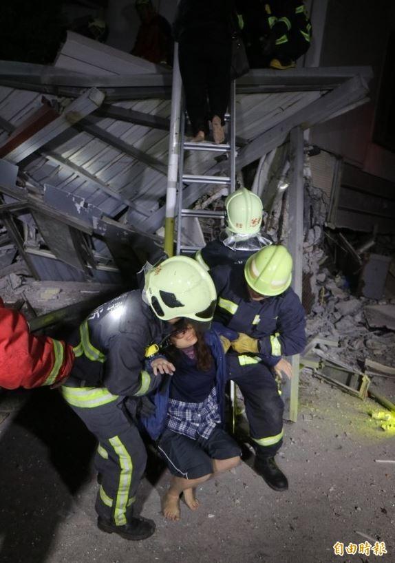 花蓮縣有4棟大樓倒塌,7日凌晨消防人員趕到後,陸續協助受困民眾脫困。(記者王錦義攝)