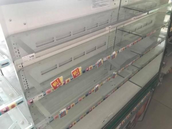 超商食物全被掃光。(圖由臉書粉專「台灣女孩的北海道生活」授權使用)