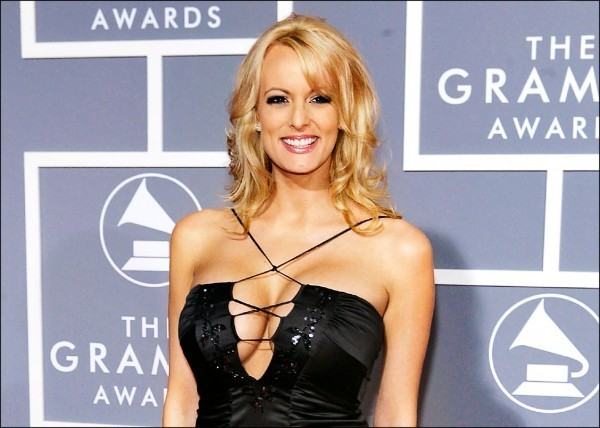 圖為自稱從2006年起成為美國總統川普外遇對象的成人片女星史蒂芬妮.克利弗德,在2007年2月出席葛萊美獎頒獎典禮的檔案照。(美聯社)