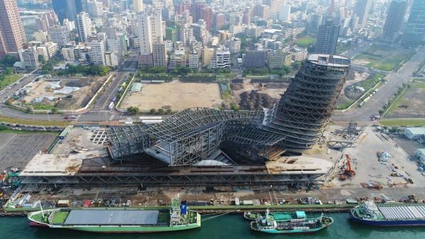 高雄港埠旅運中心正在興建中,預計2019年底完工,建築包含地下2層、地上15層。( 圖擷自「臺灣港務股份有限公司高雄港務分公司」臉書)