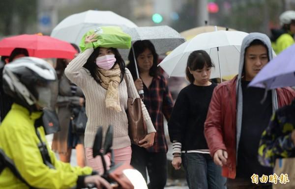 由於東北季風帶入中國大陸境外汙染,今日上午金門測站達到紅色等級,全台灣西半部空氣品質普遍不佳,目前北部暫時解除霾害影響,中南部仍差。(資料照,記者林正堃攝)