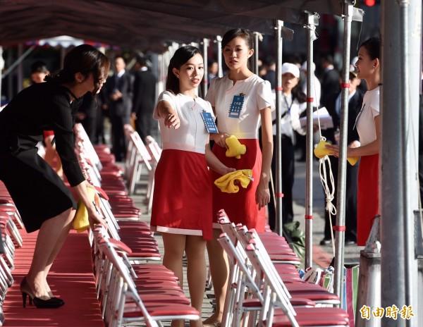 國慶典禮10日於總統府前廣場舉行,由大學生組成的禮賓人員一早在會場準備接待工作。(記者羅沛德攝)