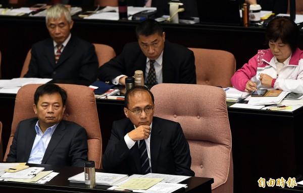 行政院長林全(前右)、副院長林錫耀(前左)出席立法院並備詢,針對法務部調查局日前草擬的「保防工作法」遭批人二復辟,兩人均表示,草案已經退回法務部。(記者方賓照攝)