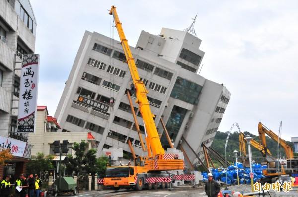 6日深夜花蓮發生強震,導致雲門翠堤大樓傾斜倒塌,結構嚴重受損。久和工程行老闆林信昌號召6位自願者立刻前往現場架起11支H型鋼樑,成功穩住了傾倒的建物。(資料照)