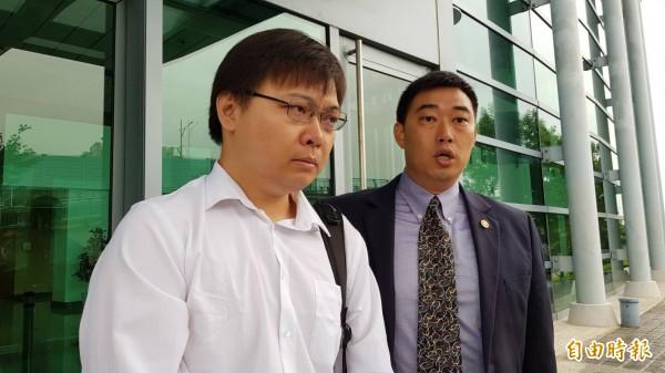 黃士修(左)今召開記者會,痛批公投未過關,是因為府院黨早安排好的內定劇本,他不會去補件。(資料照)