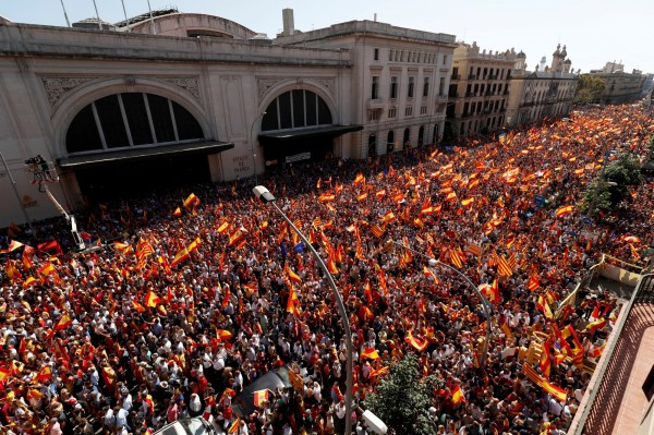 高揮西班牙旗 加泰隆尼亞35萬人上街「反獨」