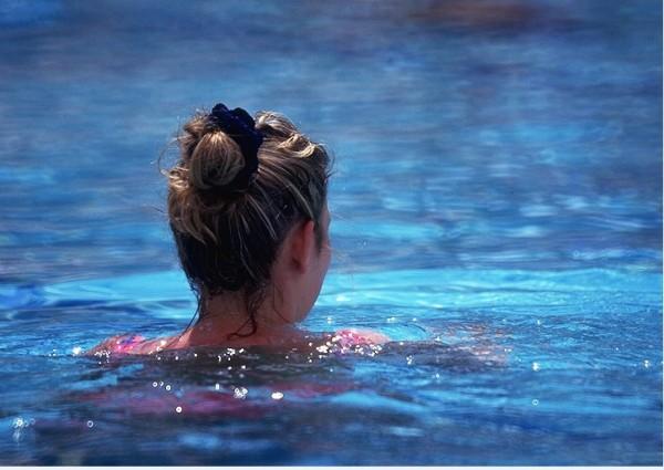 瑞士一對穆斯林夫婦因宗教因素,不讓女兒和男同學游泳,遭罰1400瑞士法郎,他們上訴至歐洲人權法院,判決10日出爐,判父母敗訴。(情境照)