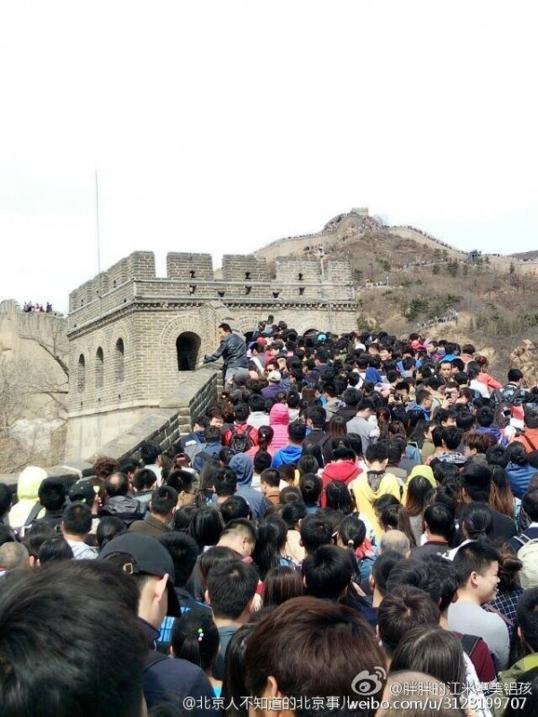 中國迎接清明連假,各大景點都是人擠人。(圖擷取自微博)