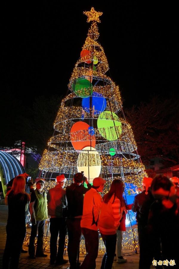眾人在耶誕樹上掛上祈福卡片。(記者詹士弘攝)