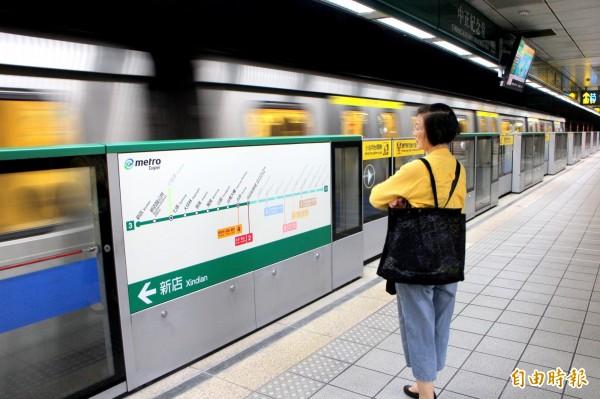 汪灵犀文章开头就写出,他坐习惯了北京地铁,台北捷运的乾净、舒适令他不太适应。(记者郭逸摄)