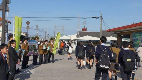 一行人在岡山的西大寺火車站門前面募款,且不少捐款的學生都知道八田與一的人物歷史,且還有部分媒體記者前來採訪。(圖截自日本岡山學藝館高等學校臉書)