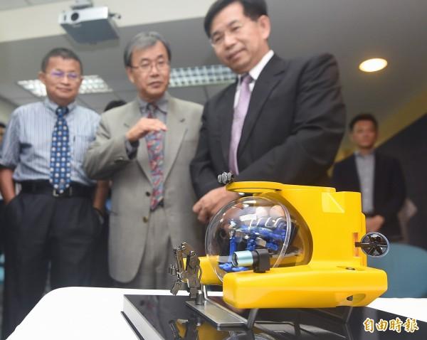 國立中山大學等單位宣示投入研發全台第一艘由國人自製的水下載人載具。(記者廖振輝攝)