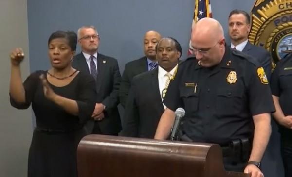 警方在召開記者會時,手語翻譯員(圖左)亂揮舞手臂,被手語老師看見以為她在唱聖誕鈴聲。(圖擷自Inside Edition影片)