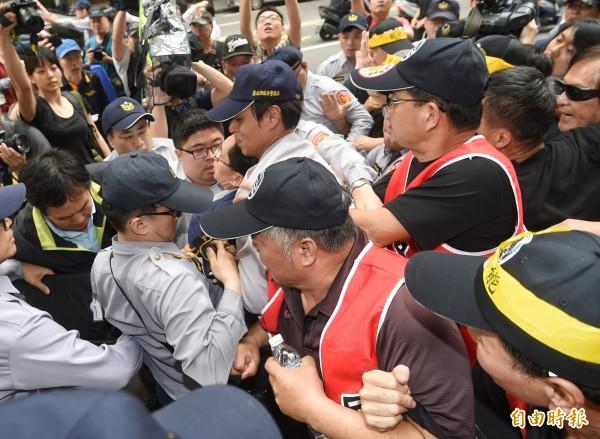 立法院審年改,民眾抗議立法院19日審查年金改革法案,民眾前往抗議,並阻止立委開會。(記者方賓照攝)