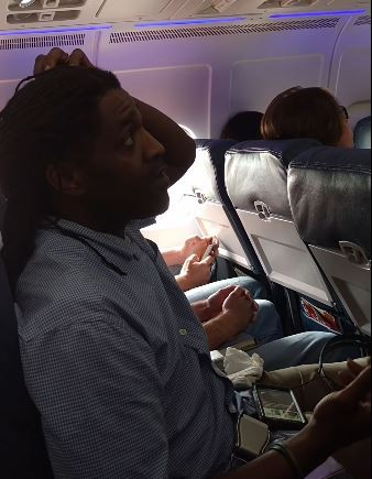 非裔旅客漢彌爾頓因為在飛機等候起飛時忍不住尿意而起身上廁所,等到回座位時,機組人員竟要求他直接下機。(圖擷取自YouTube)