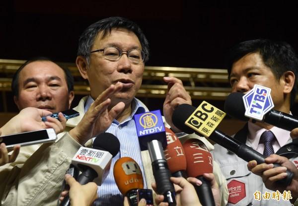 台北市長柯文哲今天(20日)與義美總經理高志明、醫師潘建志座談,討論台灣食安問題,會後接受媒體訪問。(記者簡榮豐攝)