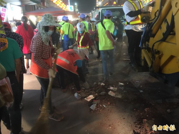 「淨港」義工們立即掃街清炮屑、除垃圾,展現高效率及維護環境的決心。(記者陳璟民攝)