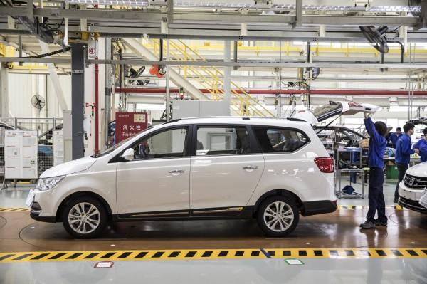 美國通用汽車與中國的合資企業「上海汽車通用公司(上汽通用)」,將召回在中國售出的330萬輛轎車。(彭博)