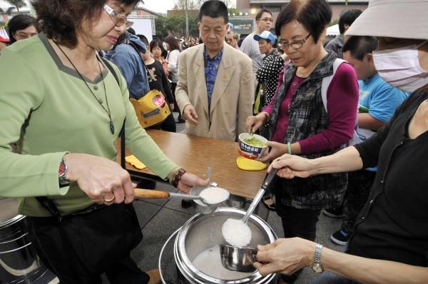 追思228的活動中,常會出現的魷魚粥,是為了紀念在228事件中遇難的李瑞漢、李瑞峯兄弟。(資料照,記者陳志曲攝)