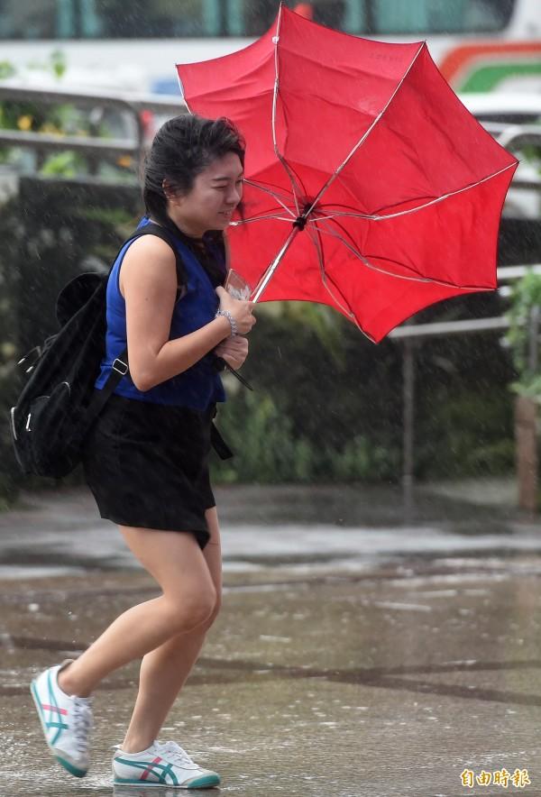 中央氣象局表示,泰利颱風影響最劇烈時間為14日上半天,北台灣民眾要留意強風與豪雨。(資料照,記者廖振輝攝)