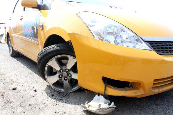 遭劫計程車右前輪爆胎,被歹徒棄置在偏僻的產業道路。(記者蔡宗勳攝)