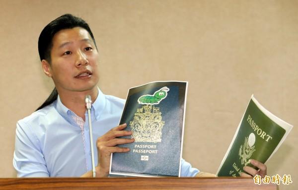 林昶佐日前表示,台灣民眾在護照封面貼貼紙,卻被海關刁難,人民的基本表現自由與言論自由都受到損害。(資料照,記者林正堃攝)