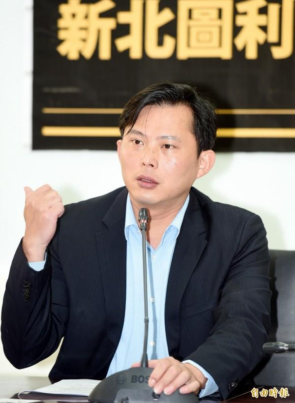 立委黃國昌今天(14日)舉行「新北圖利建商,中央切勿放水」記者會,要求中央主管機關嚴格把關。(記者方賓照攝)