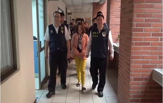 檢警拘提涉案的「假父母」。(記者廖淑玲翻攝)