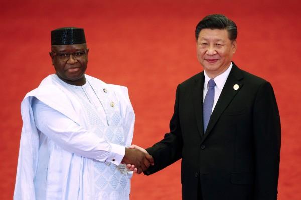 獅子山共和國總統比歐(左)認為習近平(右)在其國內推動的計畫華而不實。(法新社)