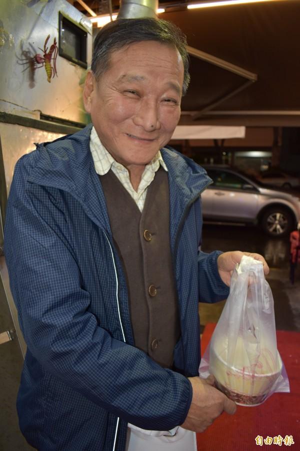 國光里長陳仁榮外帶鱔魚炒麵,讓他拜訪選民時充滿能量。(記者張瑞楨攝)