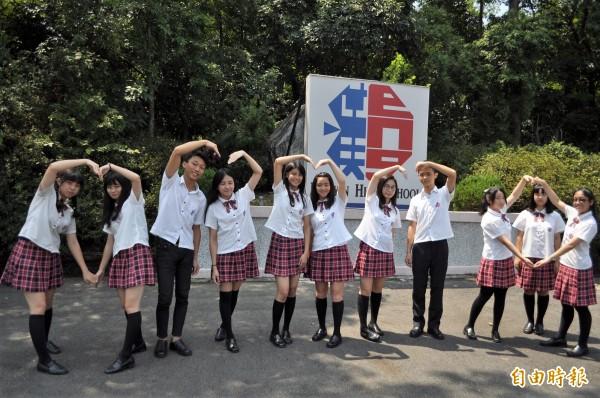 漢英雙語中學制服,女學生白襯衫搭配紅黑條紋的百褶裙、短領帶,加上黑長襪、黑皮鞋;男學生則是黑長褲、白襯衫搭配紅黑條紋領帶。(記者周敏鴻攝)