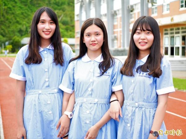 聖母護校制服採藍白條紋,是根據早年規定護生穿著為藍白兩色而設計。(記者簡惠茹攝)