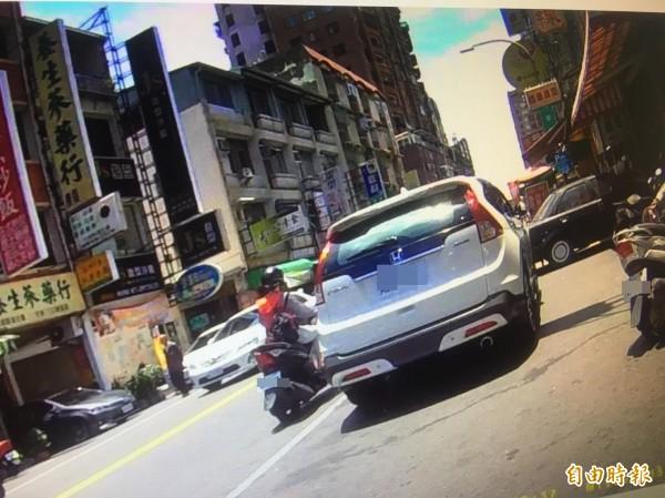 路邊臨時停車要記得熄火,以免讓不法之徒有機可趁。圖為臨時停車示意圖,非當事車輛。(資料照,記者方志賢攝)