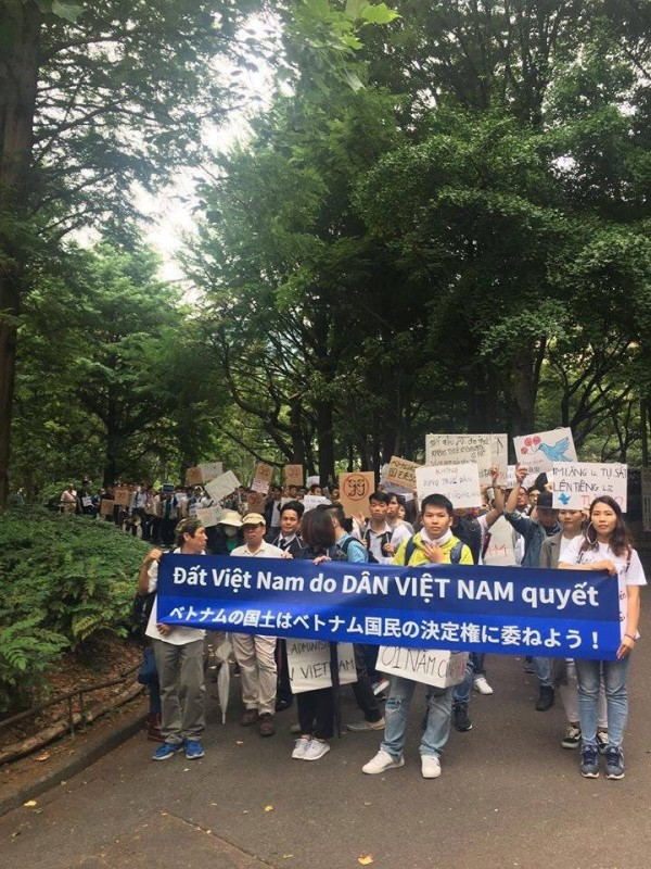 抗議人士蔓延在各大城市與街道上,甚至在日本也有越南人民集結表示「越南土地必須由越南人決定」。(圖擷取自Twitter)