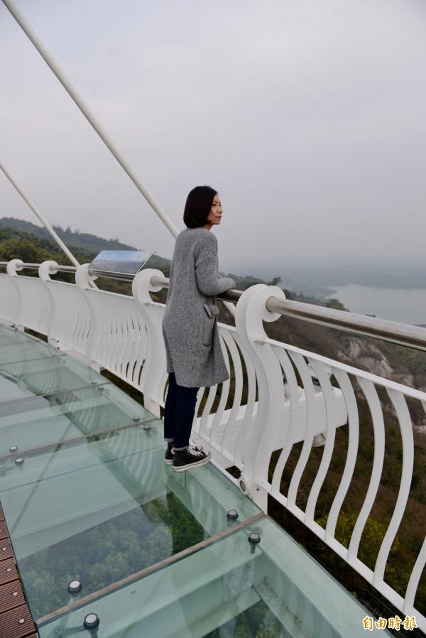 玻璃眺景平台讓遊客挑戰自己的膽量。(記者許麗娟攝)