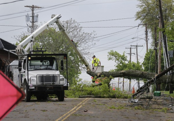美國東北部遭受強風和冰雹的風暴侵襲,造成至少36萬人無電可用,目前仍在搶修中。(美聯社)