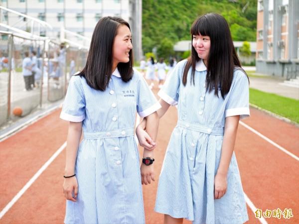 聖母護校制服有著白色圓領與圓扣,搭配藍白條紋的連身裙,腰帶還有雙扣設計,清新脫俗。(記者簡惠茹攝)