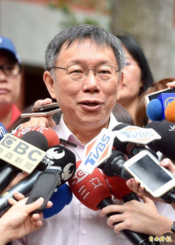 媒體追問台北市長柯文哲,連任後考慮加入民進黨?柯表示再說,「我看人家也不會讓我加入」。(記者羅沛德攝)