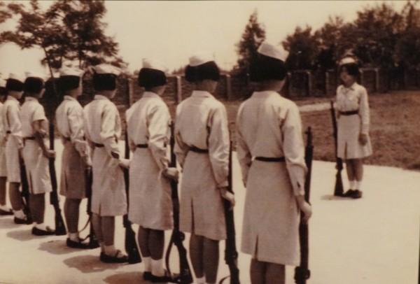 李文攸曾受邀進省立嘉義中學新港分部拍攝高中女生穿著軍裝、上軍訓課的畫面。(記者曾迺強翻攝)